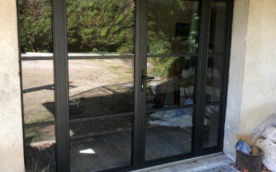 Grande porte-fenêtre noire